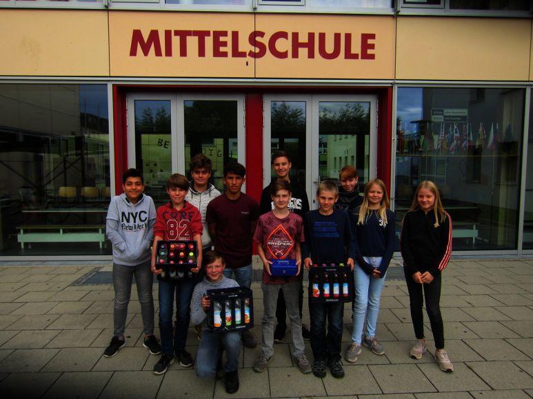 Các nhân viên của công ty sinh viên Löschzug từ lớp 7 của trường Mittelschule Kissing chuyên cung cấp đồ uống