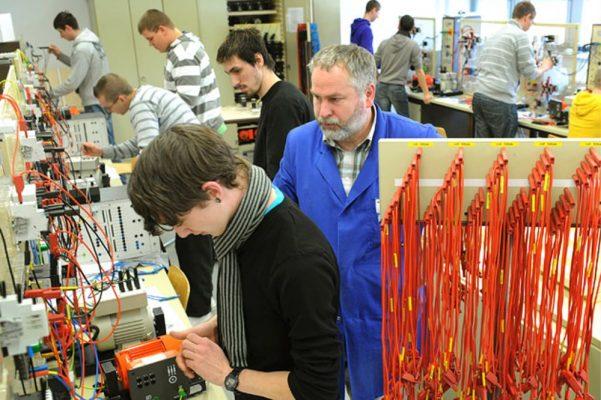 học viên trong giờ học thực hành nghề cơ điện tử tại doanh nghiệp