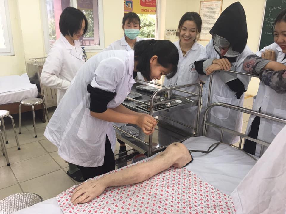 Học viên thực hành trên mô hình ở Việt Nam