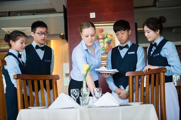 Đào tạo nghiệp vụ setup bàn ăn trong nhà hàng